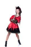 Mutiges junges Mädchen, das im Piratenkostüm mit Gewehr aufwirft Lizenzfreie Stockfotografie