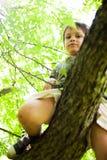 Mutiges Kind, das von oben schaut Stockbild