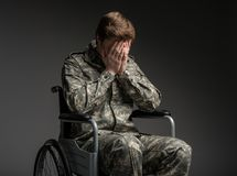 Mutloser Soldat, der hilflos sich fühlt lizenzfreies stockfoto