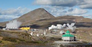 Mutnovskaya Kamchatk的地热动力火车全视图  免版税图库摄影