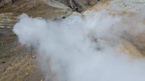 Mutnovskyvulkaan fumarolen Thermisch gebied in de krater van Mutnovsky-vulkaan stock videobeelden