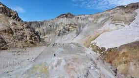 Mutnovskyvulkaan fumarolen Thermisch gebied in de krater van Mutnovsky-vulkaan stock footage