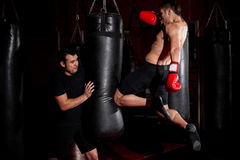 MUTTAHIDA MAJLIS-E-AMAL在健身房的战斗机训练 免版税库存图片