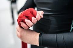 Muttahida Majlis-e-Amal boxender Kämpfer, der Handverpackungen auf Hände setzt stockbilder