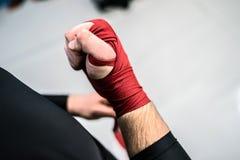 Muttahida Majlis-e-Amal boxender Kämpfer, der Handverpackungen auf Hände setzt stockbild