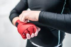 Muttahida Majlis-e-Amal boxender Kämpfer, der Handverpackungen auf Hände setzt lizenzfreie stockfotos