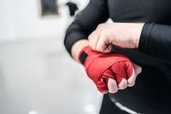 Muttahida Majlis-e-Amal boxender Kämpfer, der Handverpackungen auf Hände setzt lizenzfreie stockbilder