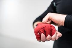 Muttahida Majlis-e-Amal boxender Kämpfer, der Handverpackungen auf Hände setzt stockfotos