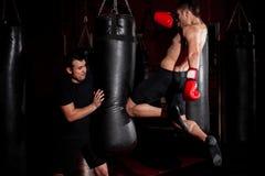 Muttahida Majlis-e-Amal Kämpfertraining an einer Turnhalle lizenzfreie stockbilder