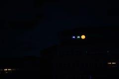 Muttahida- Majlis-E-Amalförsäkringar undertecknar på byggnaden på natten Royaltyfri Foto