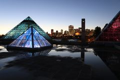 Muttart drivhus i Edmonton, Kanada på natten arkivbilder