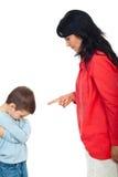 Mutter argumentieren ihren Sohn Stockbild
