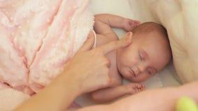 Mutter berührt die Lagerschwelle in der Arena des Babys Das Baby verdreht sich an der Note ihrer Mutter stock footage