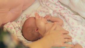 Mutter berührt die Lagerschwelle in der Arena des Babys Das Baby verdreht sich an der Note ihrer Mutter stock video