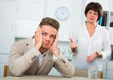 Mutter beruhigt den Sohn Lizenzfreies Stockfoto