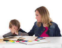 Mutter beruhigt ihren Sohn Stockbilder