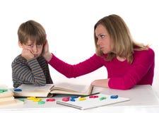 Mutter beruhigt ihren Sohn Stockfotografie
