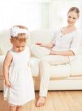 Mutter bestraft Babykindertochter stockfoto