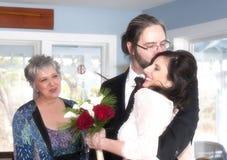 Mutter der aufpassenden Paare des Bräutigams lizenzfreie stockfotografie