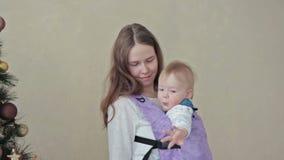 Mutter, die Baby im Riemen hält stock video