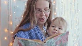 Mutter, die Baby im Riemen hält stock video footage