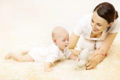 Mutter, die Baby, neugeborenes Kinderjungen-Spiel-Spielzeug, Familie und Kind spielt stockfotos