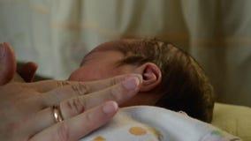 Mutter, die Baby ` s Hand streicht stock video