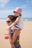 Mutter, die Baby schultert Lizenzfreie Stockfotografie