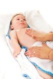 Mutter, die Babybauch massiert Lizenzfreie Stockbilder