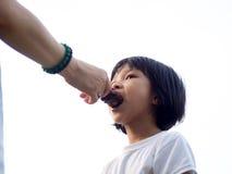 Mutter, die chinesischem Kind eine Eiscreme einzieht Lizenzfreie Stockbilder