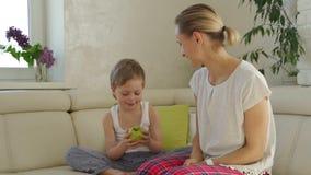 Mutter, die dem Sohn grünen Apfel gibt stock footage