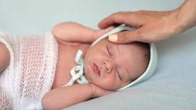 Mutter, die den neugeborenen Sohn streicht stock footage