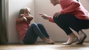Mutter, die an der jungen Tochter schreit stock video footage