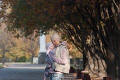 Mutter, die draußen Baby umarmt stockfotografie