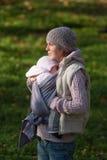 Mutter, die draußen Baby umarmt Lizenzfreies Stockbild