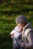 Mutter, die draußen Baby umarmt Lizenzfreie Stockfotos