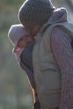 Mutter, die draußen Baby umarmt lizenzfreie stockfotografie