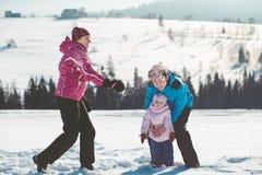 Mutter, die draußen mit ihren Kindern spielt Lizenzfreie Stockfotografie