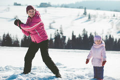 Mutter, die draußen mit ihren Kindern spielt Lizenzfreie Stockbilder