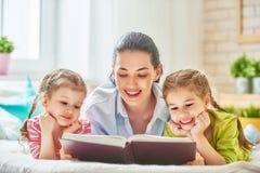 Mutter, die ein Buch liest Lizenzfreie Stockfotos