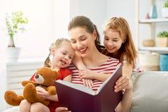 Mutter, die ein Buch zu den T?chtern liest stockfotos