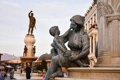 Mutter, die ein Kind umarmt Monument in der historischen Mitte von Skopje, Mazedonien lizenzfreies stockfoto