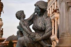 Mutter, die ein Kind umarmt Monument in der historischen Mitte von Skopje, Mazedonien stockfotos