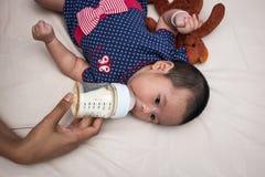 Mutter, die ein neugeborenes Baby einzieht Stockbilder