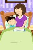 Mutter, die eine Gutenachtgeschichte liest Lizenzfreies Stockbild