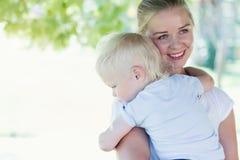 Mutter, die einen schreienden Jungen umarmt Stockfoto