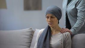 Mutter, die Hand auf Schulter ihrer umgekippten Tochter mit Krebs, Unterstützung setzt stock video