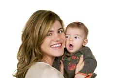 Mutter, die ihr Baby umarmt lizenzfreie stockbilder