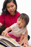 Mutter, die ihr kleines Mädchen unterrichtet lizenzfreie stockfotografie