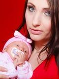Mutter, die ihr kleines neugeborenes Baby hält stockfotos